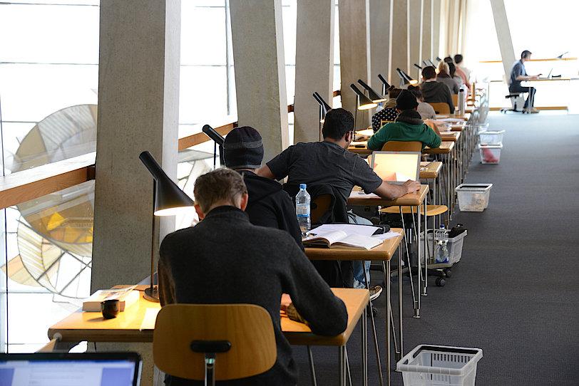 Arbeitsplätze in der Bibliothek