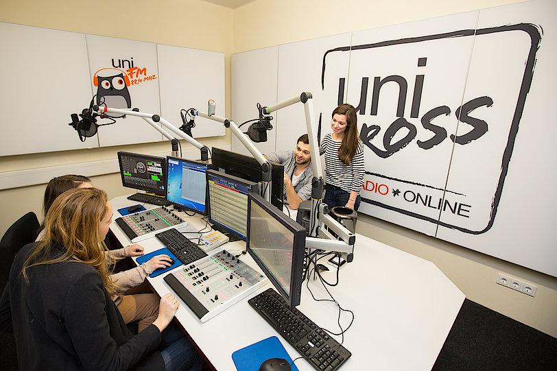 Redakteure im Radiostudio