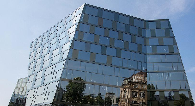 Fassade der UB Freiburg mit Spiegelung des Stadttheaters.